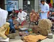 فیصل آباد: دکاندار فروخت کے لیے مسواکیں تیار کر رہاہے۔