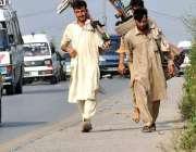 اسلام آباد: محنت کش پھیری لگا کر مختلف اشیاء فروخت کر رہے ہیں۔