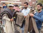 لاہور: موسم سرما کی آمد پر شہری لنڈا بازار میں پٹھان سے جیکٹیں خرید ..
