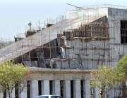 اسلام آباد: مزدور کشمیر ہائی وے پر میٹروا سٹیشن کے تعمیراتی کام میں ..