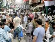لاہور: اردو بازار میں یوم آزادی کی مناسبت سے خریداری کے لیے آنے والوں ..
