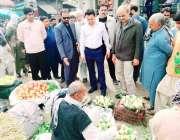 لاہور: چیئرمین پرائس کنٹرول کمیٹی میاں عثمان مرکزی سبزی منڈی بادامی ..