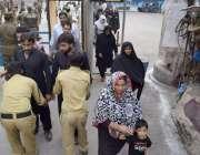 لاہور: شہدائے کربلا کے چہلم کے موقع پر جلوس میں شرکت کے لیے آنے والے ..