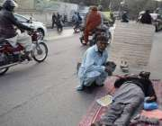 لاہور: مومن پورہ کا رہائشی شخص اپنے بیٹے کو پریس کلب کے باہر سڑک پر لیٹا ..