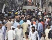 لاہور: انارکلی بازار میں تجاوزات کیخلاف گرینڈ آپریشن کے موقع پر دکانداروں ..