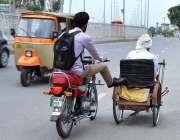 ملتان: موٹر سائیکل سوار ایک معذور شخص کی سائیکل کو دھکا لگا کر مدد کر ..