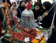پشاور: نویں محرم الحرام کے مرکزی جلوس میں خواتین جھولے کے ہمراہ شریک ..