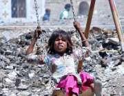 حیدر آباد: خانہ بدوش بچی جھولے سے لطف اندوز ہو رہی ہے۔
