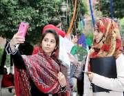 لاہور: لاہور کالج فار ویمن میں لڑکیاں سیلفی لے رہی ہیں۔