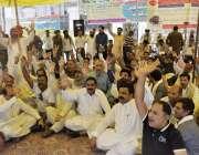 لاہور: ایپکا ملازمین اپنے مطالبات کے حق میں سول سیکرٹریٹ کے باہر احتجاج ..
