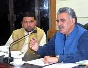 پشاور: چیئرمین سینیٹ کمیٹی فدا محمد خان کمشنر آفس میں خطاب کررہے ہیں۔