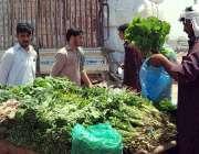 اسلام آباد: وفاقی دارالحکومت میں ریڑھی بان فروخت کے لیے تازہ سبزیاں ..
