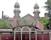 لاہور: محنت کش ہائیکورٹ کے سامنے بس سٹینڈ کی چھت تیار کر رہے ہیں۔