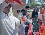 لاہور: شیخ زید میڈیکل اینڈ ڈینٹل کالج میں فیسٹیفل کے موقع پر ایک شخص ..