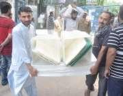لاہور: عام انتخابات کے لیے بیلٹ باکس لیجائے جا رہے ہیں۔