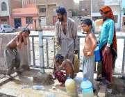 حیدر آباد: بچے گرمی کی شدت کم کرنے کے لیے ہینڈ پمپ کے پانی سے نہا رہے ..