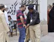کراچی: عام انتخابات 2018  کراچی کے علاقے گلشن اقبال میں پولنگ اسٹیشن میں ..