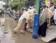 لاہور: عام انتخابات 2018  پولنگ اسٹیشن کے باہر بارش کا پانی جمع ہونے کی ..