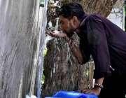 اسلام آباد: شہری فلٹریشن پلانٹ سے پینے کا پانی بھرنے کے بعد پانی پی ..