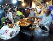 راولپنڈی: دکاندار سحری کے اوقات میں رایتی کھانے فروخت کررہا ہے۔