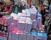 راولپنڈی: اردو بازار میں بچوں کے والدین تعلیمی نئے سال کی کتابیں خرید ..