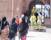 لاہور:خواتین بادشاہی مسجد میں نماز جمعہ کی ادائیگی کے لیے آ رہی ہیں۔