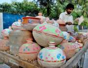 اسلام آباد: وفاقی دارالحکومت میں ریڑھی بان پھیری لگا کر گھڑے فروخت ..