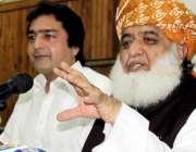 پشاور: امیر جے یو آئی ف مولانا فضل لرحمان میٹ دی پریس میں صحافیوں سے ..