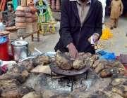 راولپنڈی: ریڑھی بان شکرقندی فروخت کر رہا ہے۔