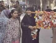 لاہور:8ویں محرم الحرام کے مرکزی جلوس میں شرکت کے لیے آنے والی خاتون ..
