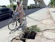 راولپنڈی: سڑک کے درمیان کھلا مین ہول متعلقہ حکام کی توجہ کا منتظر ہے۔