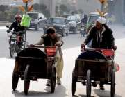 راولپنڈی: محنت کش اپنی ریڑھیوں کے ہمراہ مری روڈ سے گزر ر ہے ہیں۔