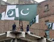 لاہور: انارکلی کے قریب دکان کی چھت پر قومی پرچم لہرا رہے ہیں۔