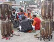 لاہور: ڈھولچی کام نہ ہونے کے باعث خوش گپوں میں مصروف ہیں۔