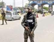 لاہور: شہر کے داخلی راستے پر سیکیورٹی اہلکار الرٹ کھڑا ہے۔