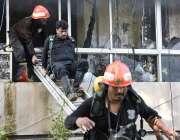 اسلام آباد: ریسکیو اہلکارپی آئی ڈی ملازمین کو بحفاظت نکال رہے ہیں۔