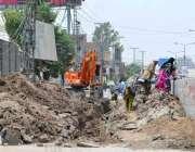 ملتان: مزدور ایل ایم کیو روڈ پر تعمیراتی کام میں مصروف ہیں۔