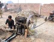 فیصل آباد: نواحی گاؤں میں کسان گنے کا رس نکال رہا ہے۔