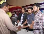 لاہور: مقامی ہوٹل میں حلال فوڈ کانفرنس و نمائش میں شہری سٹال سے اونٹنی ..