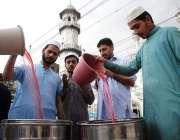 پشاور: مخیر حضرات کی جانب سے روزہ داروں کے لیے افطاری کا انتظام کیا ..