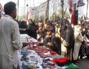 فیصل آباد: خواتین عزادات محرم الحرام کے پیش نظر مختلف اشیاء خرید رہی ..