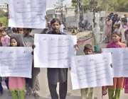 لاہور: چونیاں کے رہائشی قبضہ گروپ کیخلاف پریس کلب کے باہر احتجاج کر ..