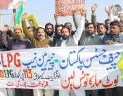 لاہور: عوامی رکشہ یونین اور عوامی پاسبان کے کارکن ایل پی جی مافیا کی ..