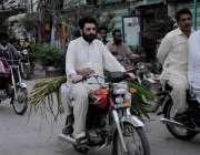 اسلام آباد: موٹر سائیکل سوار قربانی کے جانور کے لیے چارہ موٹر سائیکل ..
