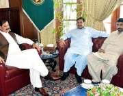 پشاور: گورنر خیبر پختونخوا مشتاق احمد غنی سے سابق گورنر احمد حسین ملاقات ..
