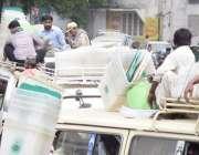 لاہور: عام انتخابت کے لیے پولنگ کا سامان ویگن میں رکھ کر لیجایا جار ..