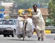 راولپنڈی: محنت کش سائیکل پر پھیری لگا کر مخلف اشیاء فروخت کر رہاہے۔