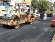 کراچی: مزدور پی ای سی ایچ ایس سوسائٹی کی روڈ کے تعمیراتی کام میں مصروف ..