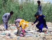 حیدر آباد: خانہ بدوش خاتون اور بچے کچرے کے ڈھیر سے کار آمد اشیاء تلاش ..