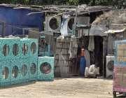 اسلام آباد: گرمی کے پیش نظر ایک دکاندار نے فروخت کے لیے روم کولر سجا ..